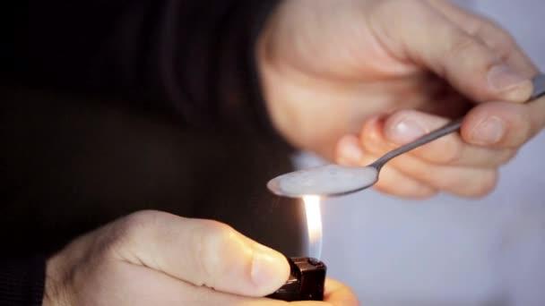 preparare la dose di droga cocaina crack addict filmati stock