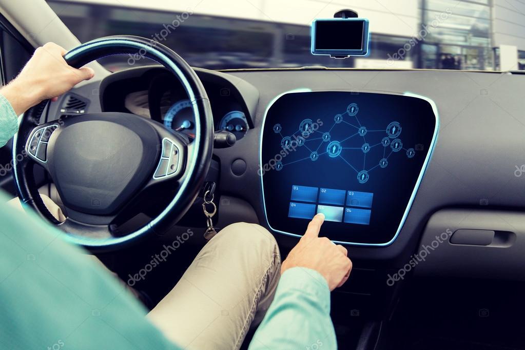 gros plan de l 39 homme au volant de voiture avec ordinateur de bord photographie syda. Black Bedroom Furniture Sets. Home Design Ideas