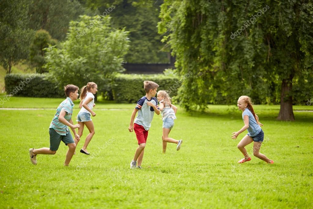 Resultado de imagen de jugando en la hierba corriendo un grupo