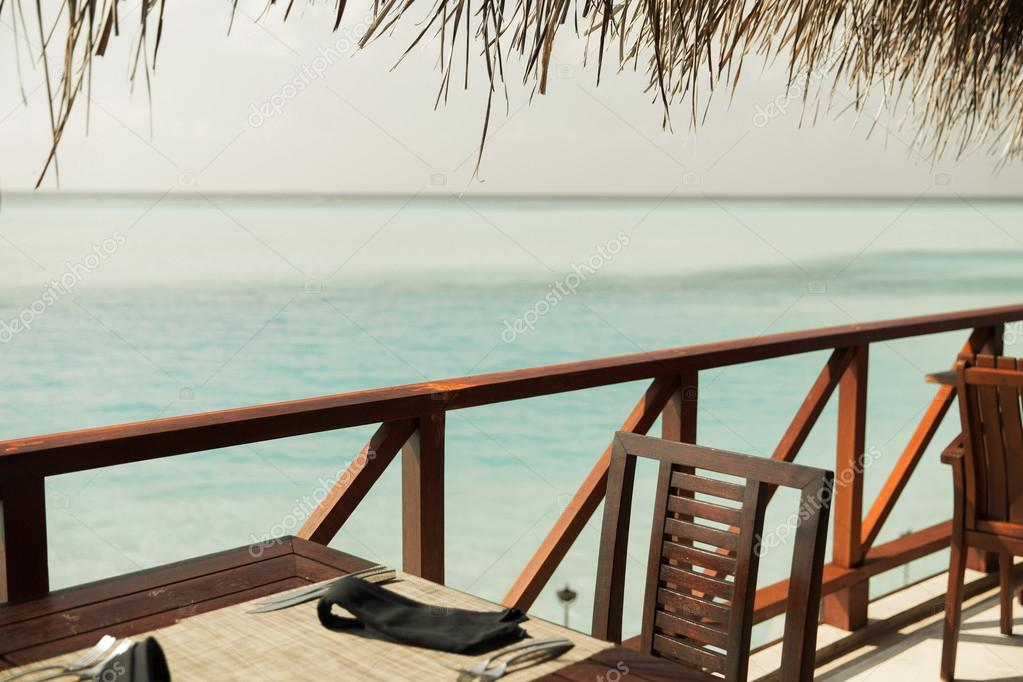 Terrazza ristorante all 39 aperto con mobili sopra il mare for Mobili terrazza