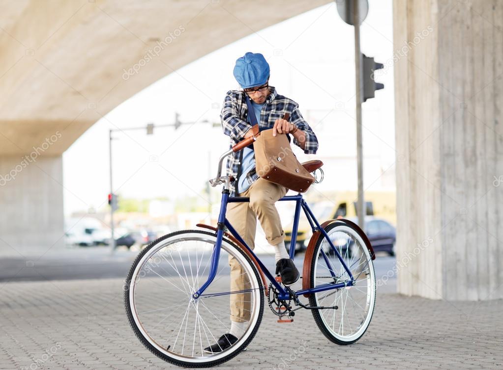e0ee287b00962a Persone, stile, tempo libero e stile di vita-hipster uomo cerco per  qualcosa nella sua borsa a tracolla equitazione Fixed Gear Bike sulla  strada della città ...