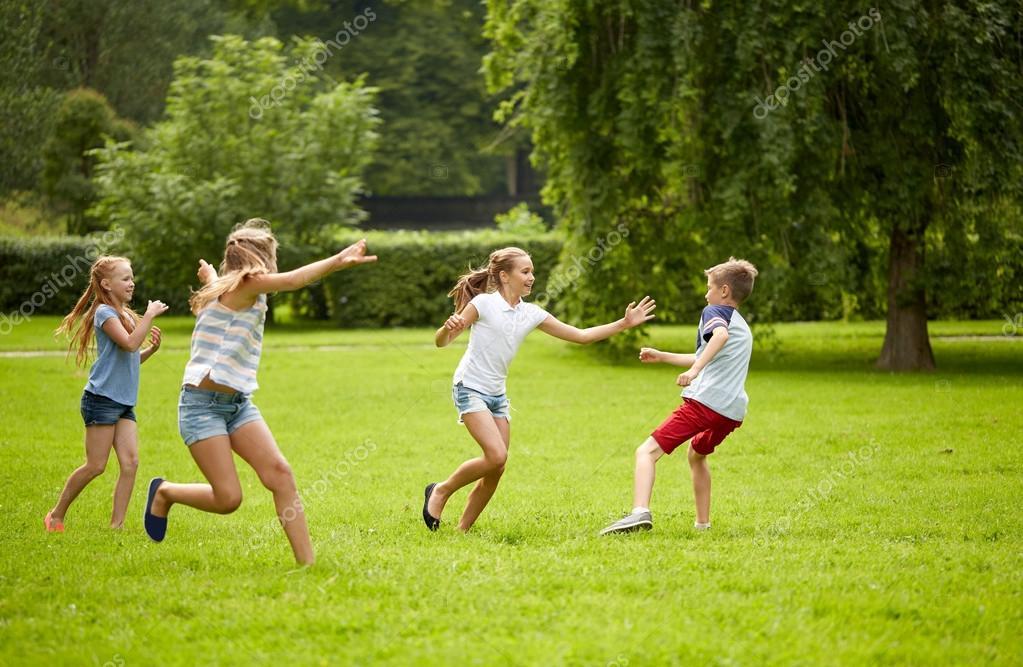 Felices Los Ninos Corriendo Y Jugando Al Aire Libre Del Juego