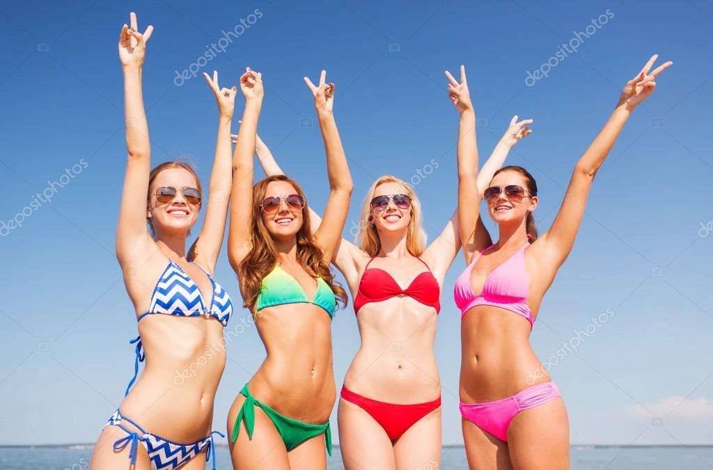 фото группа девушек на пляже