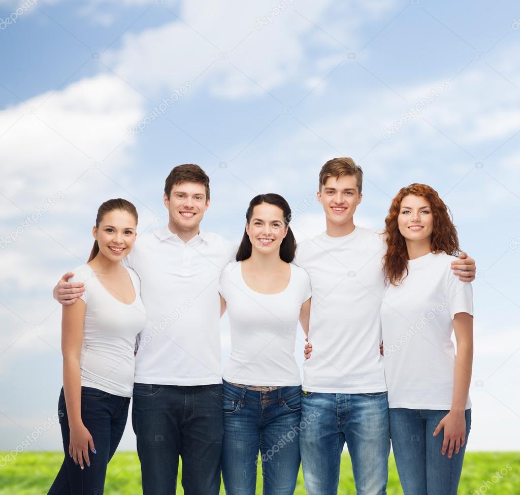 0b0319e0f1b Publicidad, vacaciones de verano, la naturaleza, la amistad y personas -  grupo de adolescentes sonrientes en camisetas blancas en blanco sobre fondo  azul ...