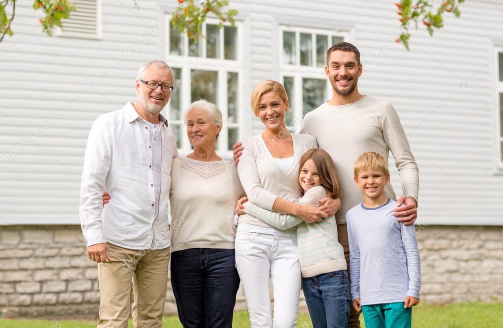 картинки счастливой семьи с двумя детьми на фоне дома обеспечивает