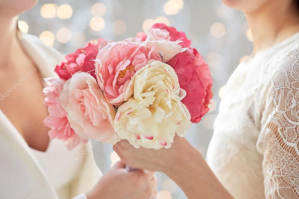 Pareja de lesbianas con flores — Foto de stock © Syda_Productions ...