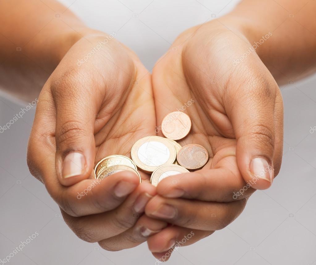 Womans tölcséres kézzel mutatja az euro-érmék — Stock Fotó