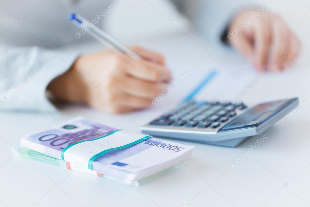 cerca de las manos contando dinero con calculadora — Foto de stock ...