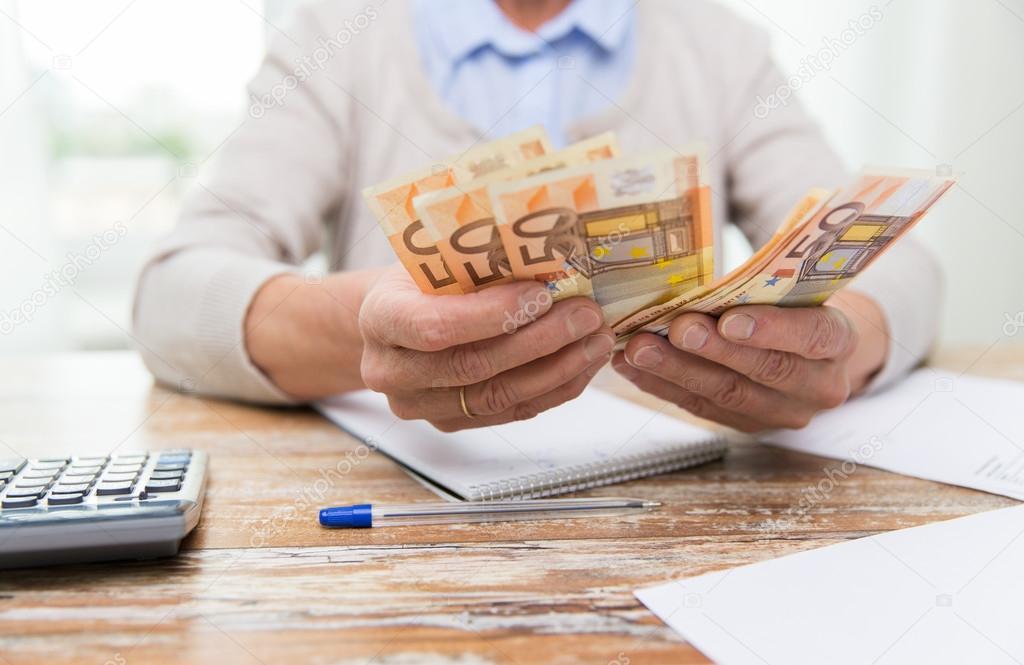 cerca de senior mujer contando el dinero en casa — Fotos de Stock ...