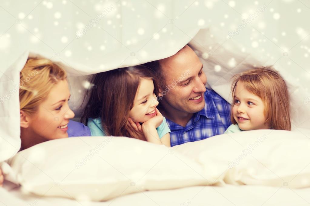 famille heureuse avec deux enfants sous couverture la maison photographie syda productions. Black Bedroom Furniture Sets. Home Design Ideas