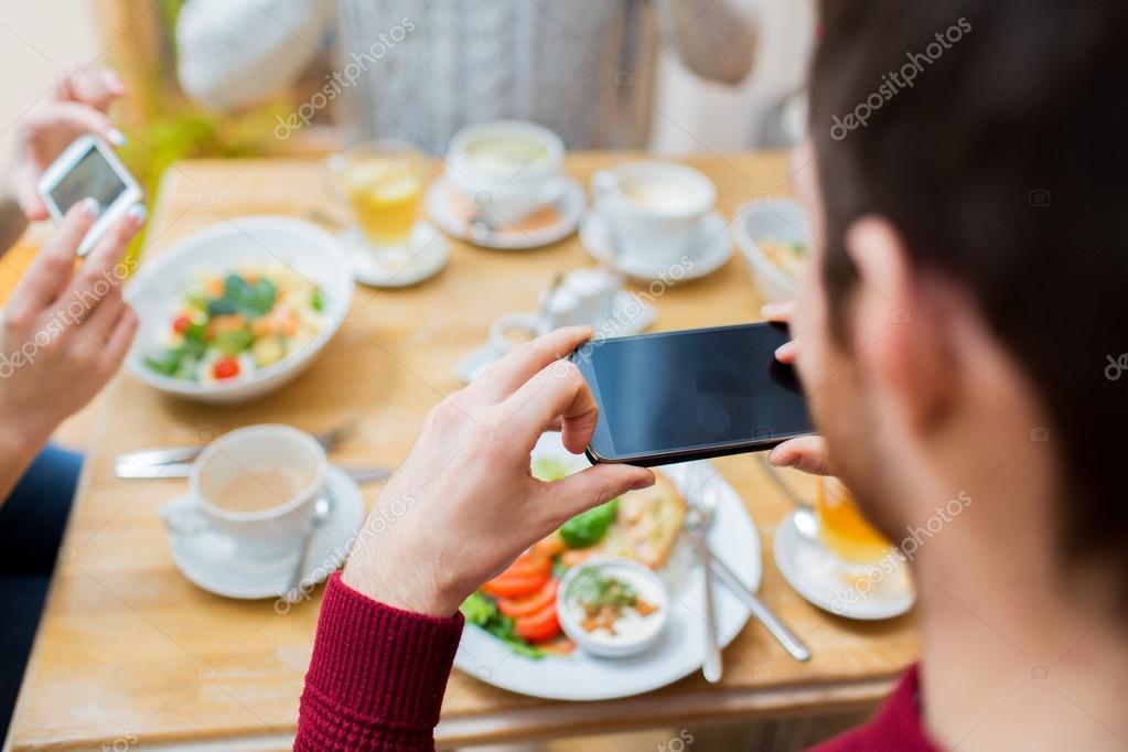 Gute Freunde Sitzen Im Freien Neben Dem Tisch Mit Essen