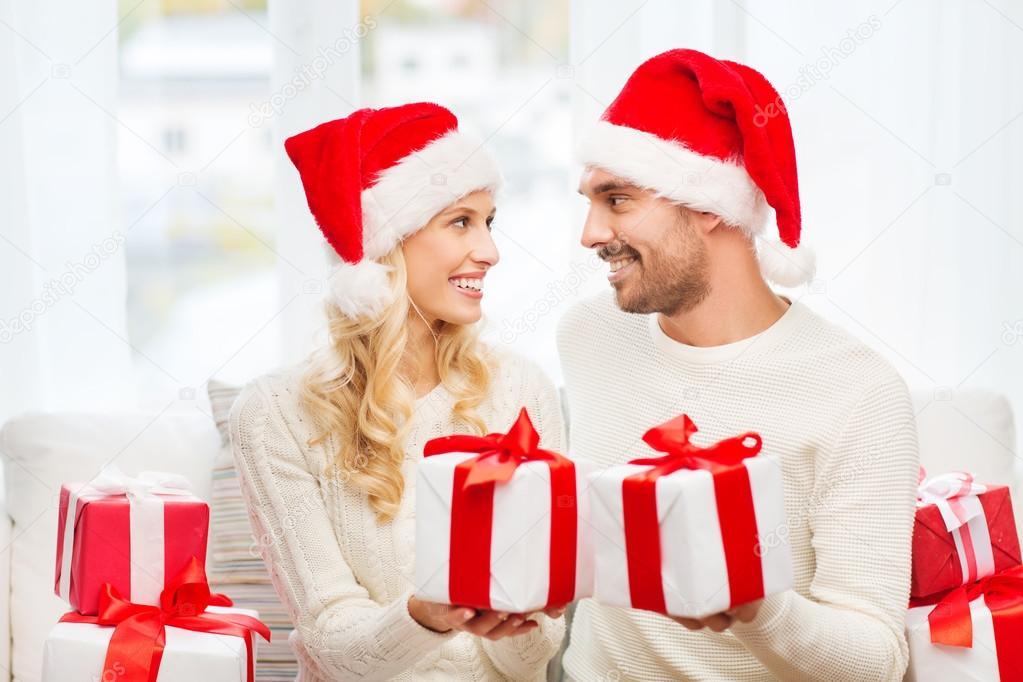 Regali Di Natale Per Coppia.Coppie Felici A Casa Lo Scambio Di Regali Di Natale Foto Stock