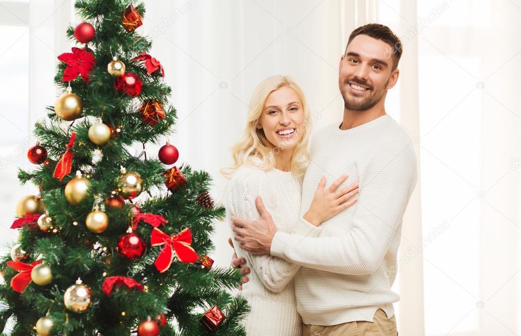 pareja feliz abrazando a cerca de árbol de Navidad en casa — Fotos ...