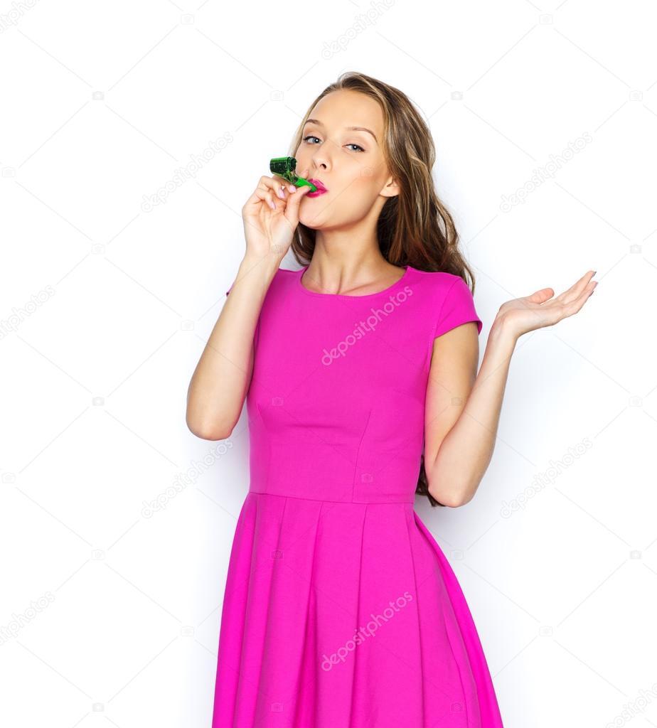 feliz joven mujer o niña adolescente con cuerno partido — Foto de ...