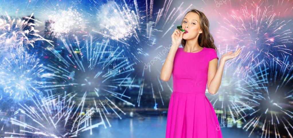 glückliche junge Frau Partei Horn über Feuerwerk am Stadt ...
