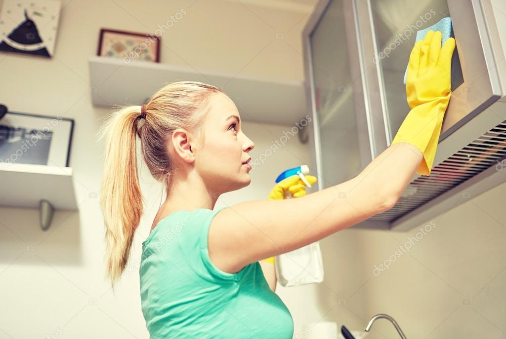 가정 부엌에서 캐비닛을 청소 하는 행복 한 여자 — 스톡 사진 ...