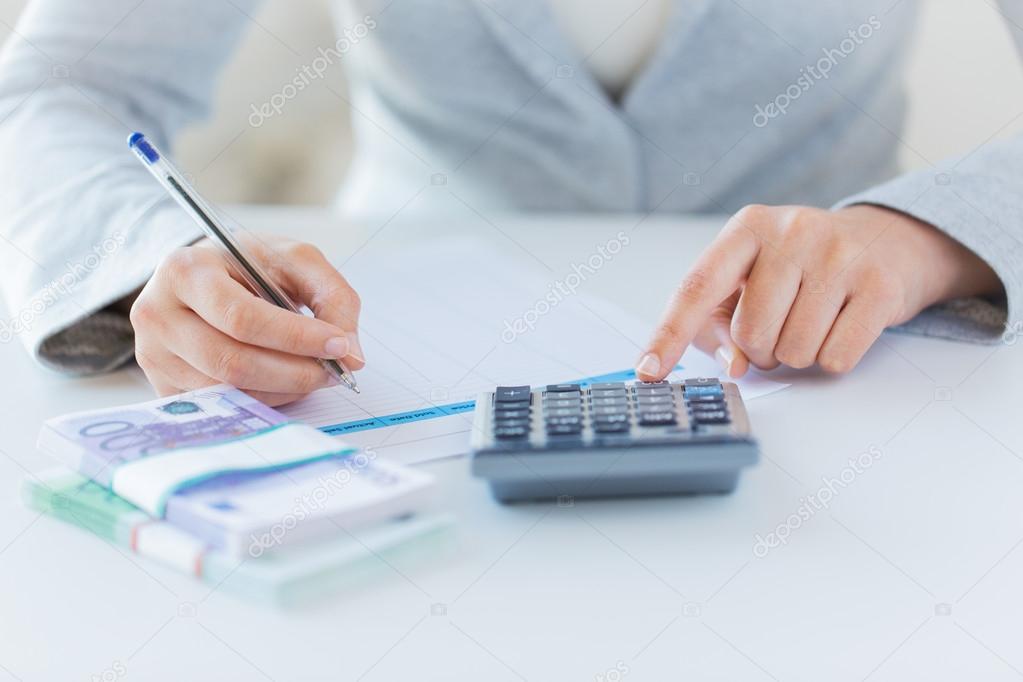 cerca de las manos contando dinero con calculadora — Fotos de Stock ...