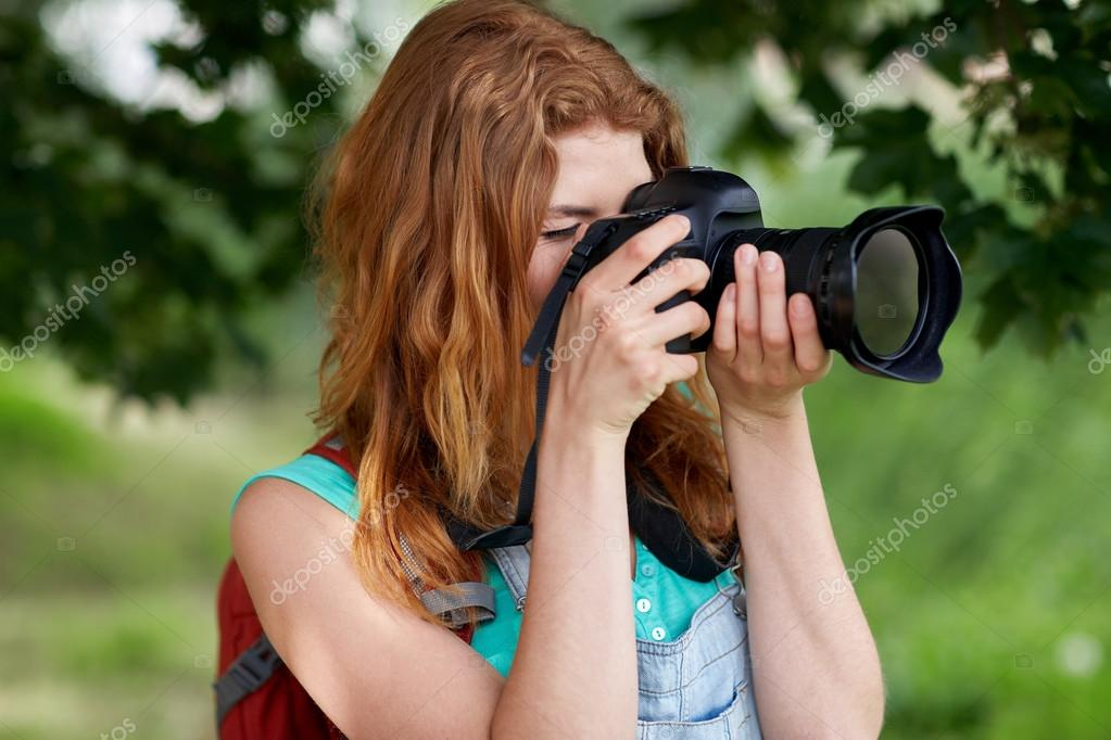 Jeune Femme Avec Sac à Dos Et Appareil Photo à Lextérieur