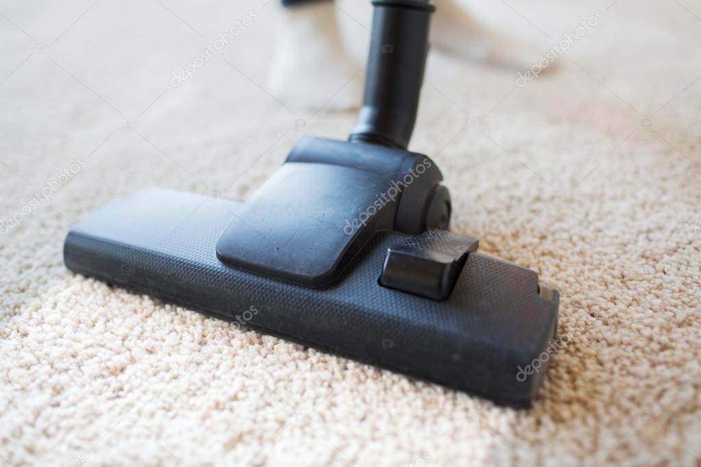 gros plan d 39 aspirateur nettoyage de tapis la maison photographie syda productions 94788746. Black Bedroom Furniture Sets. Home Design Ideas