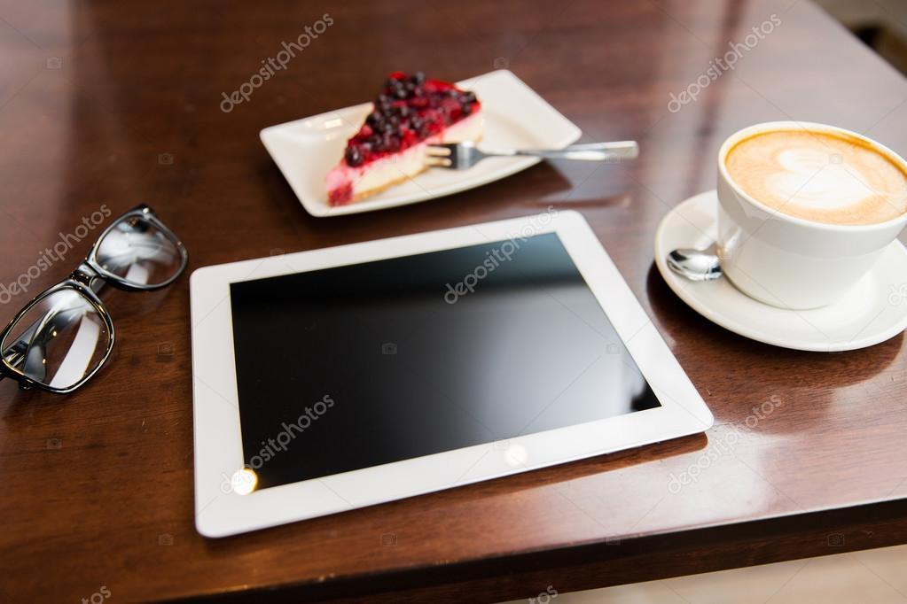 tablet taart Close up van tablet pc, koffiekopje en taart — Stockfoto  tablet taart