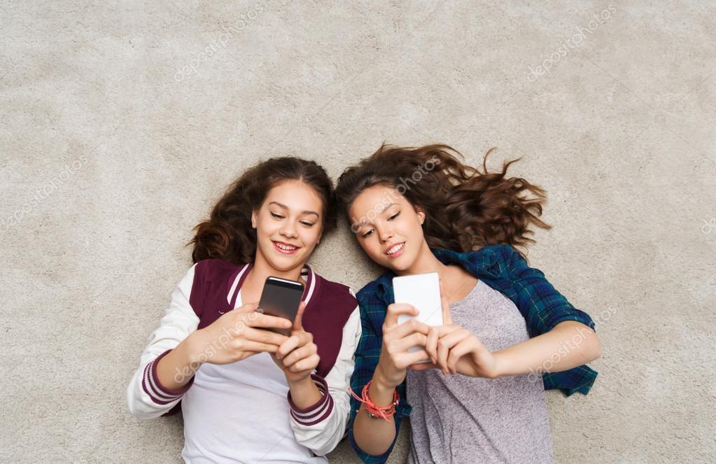 Teenie-Schlampe Macht Zwei Freunde Glücklich