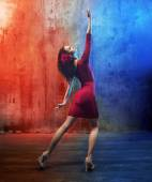 Fotografie attraktive brünette Schönheit in einer Tanzpose