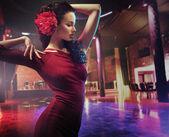 Fotografie Porträt einer tanzenden brünetten Frau