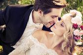 Scena romantica di baciare matrimonio