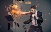 Konceptuální portrét podnikatele bití bariéra