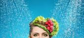 Fotografie Portrét dámy se zeleninou na hlavu