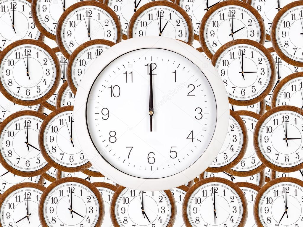 Fondo de relojes de pared con marco de madera color marrón — Fotos ...