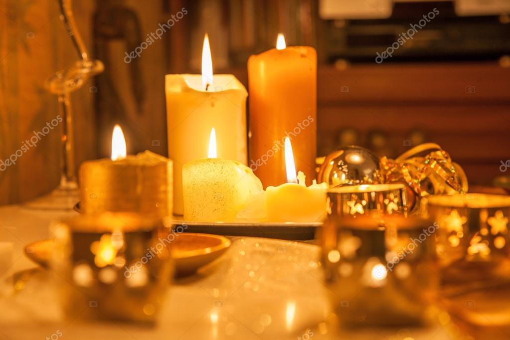 Decorare Candele Bianche : Candele come una decorazione di natale u foto stock cmfotoworks