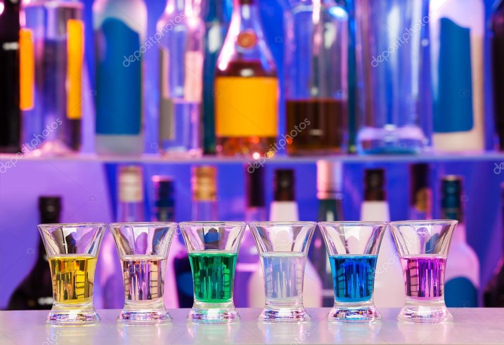 Große Reihe von Aufnahmen Gläsern mit Farbe Getränke — Stockfoto ...