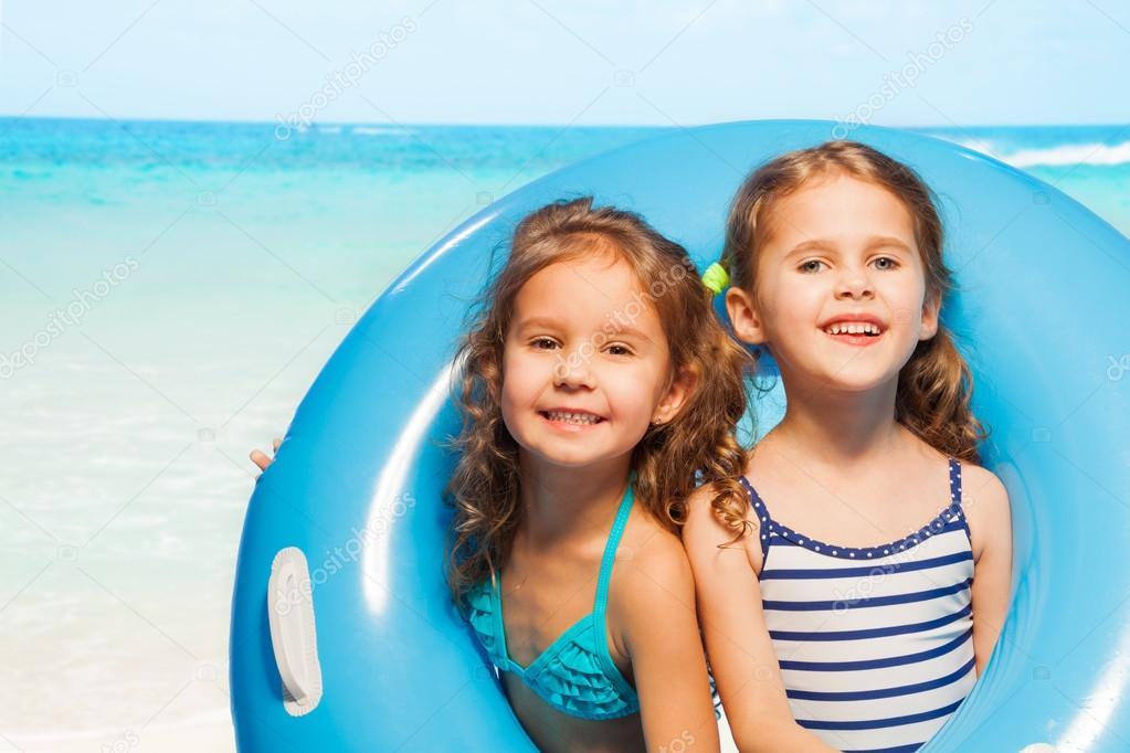 ragazze in costumi da bagno con anello di gomma blu grande — Foto ...