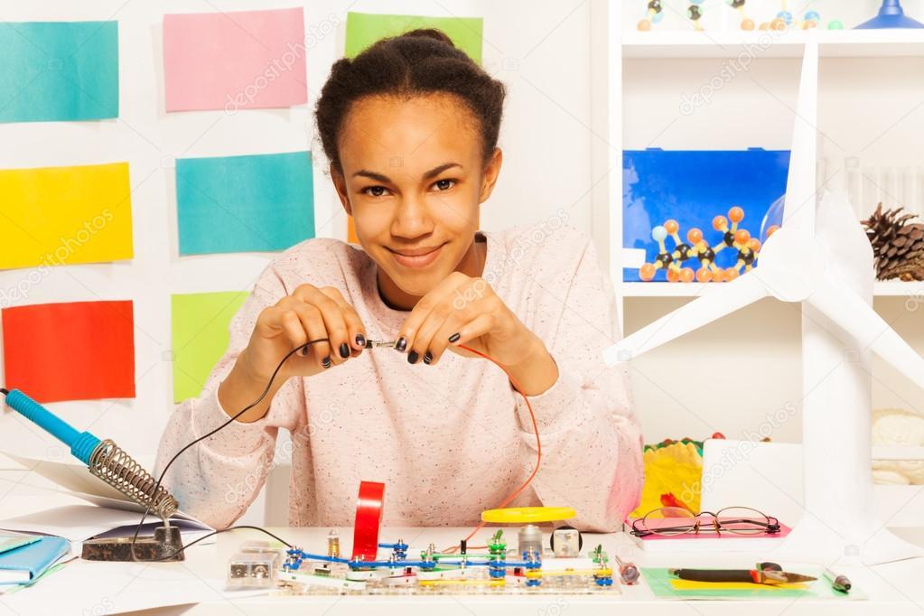 Afrikanische Student Abschluss einer elektrischen Schaltung ...