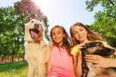 Fényképek boldog lány és vicces kutyák