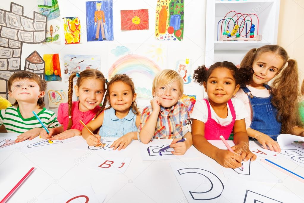 Kinder zeichnen und füllen von Buchstaben — Stockfoto © serrnovik ...