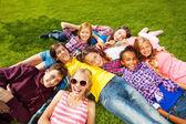 Fotografie děti na trávě
