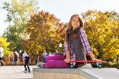 Fotografie lächelnd Mädchen mit skateboard