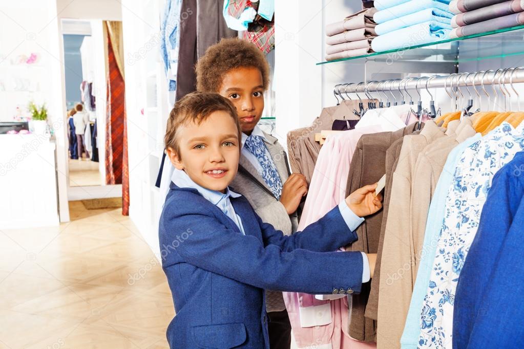 Kleding Zoeken.Jongens Zoeken Kleding Terwijl Het Winkelen Stockfoto C Serrnovik