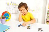 Fiú megtudja, a számokat és értékekkel számolni
