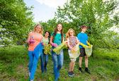Fotografie Jugendliche tragen Müllsäcke