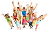 Fotografie Mnoho dětí stojí izolované na bílém ve velké skupině