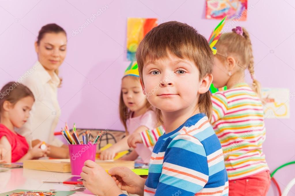 Boy von der Tabelle im Kindergarten Klasse — Stockfoto © serrnovik ...