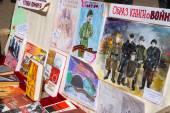 Ausstellung von Büchern und Kinder Zeichnungen über Krieg auf Bank in