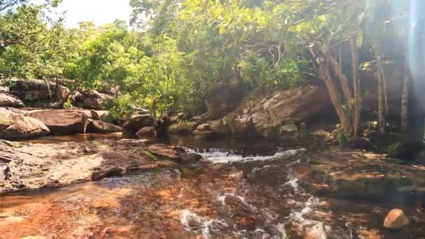 Berg-Wasserfall zwischen Felsen