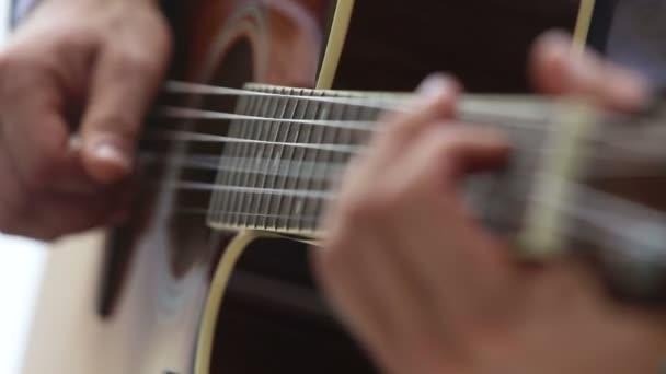 gitáros akusztikus gitár