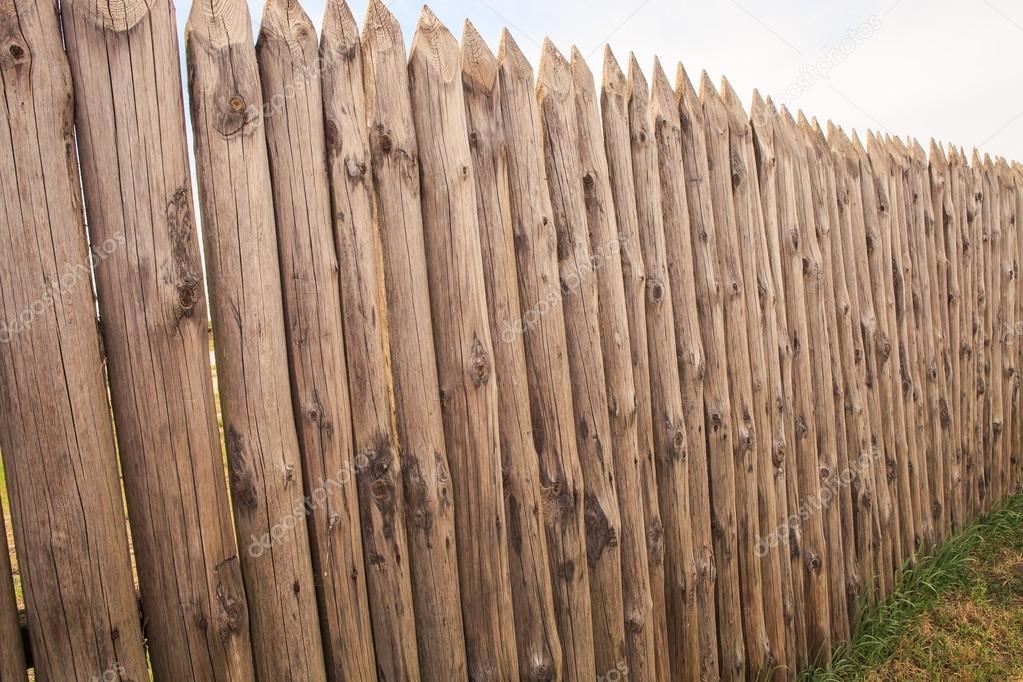 Hohe alte holzzaun von protokollen in form von palisade - Vallados de madera ...