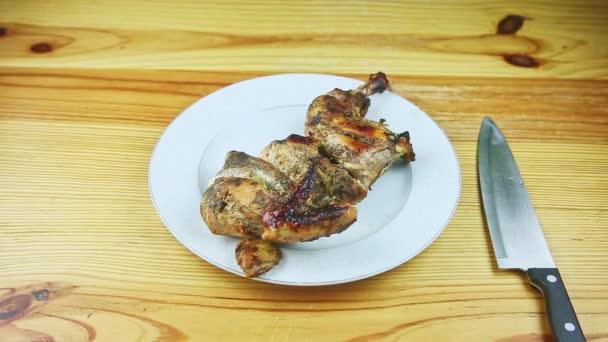 pomalu přiblížit na polovinu pečené v bylinkách kuřecí podávané na kulaté bílé talíři