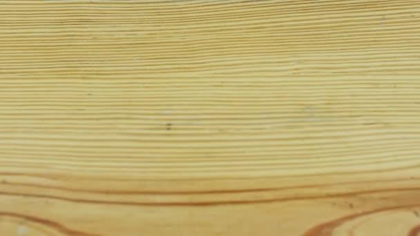 záběr shora pomalu oddalovat od prázdného rustikálně světle žlutého dřevěného povrchu